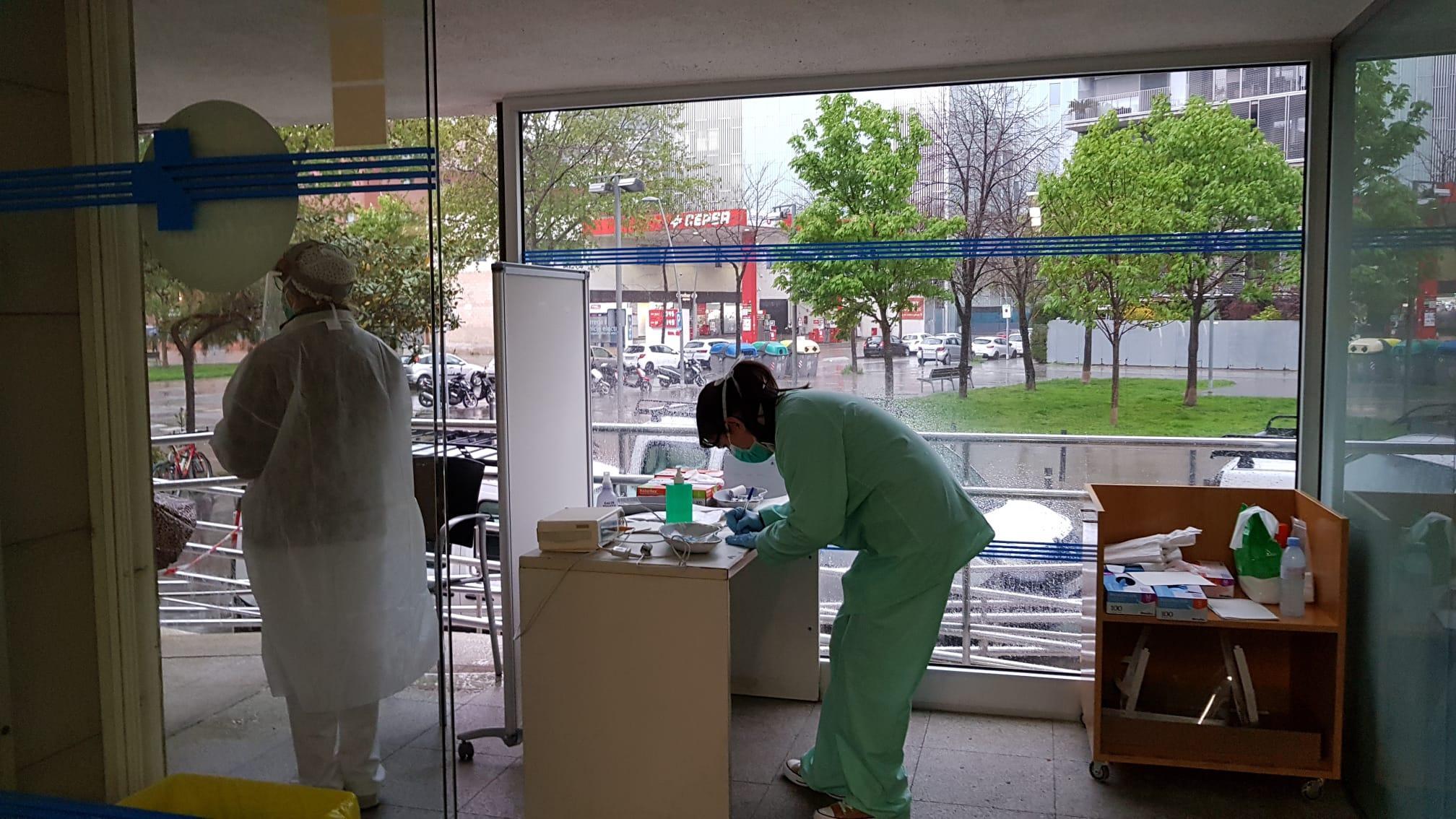 Triatge de pacients a la porta del CAP Poblenou / ICS Barcelona