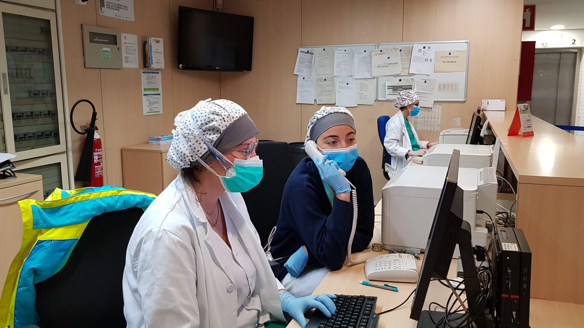 Professionals d'un ambulatori de Barcelona fent atenció telefònica durant la pandèmia de coronavirus / ICS Barcelona
