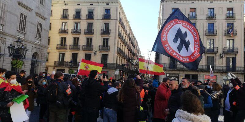 Ultres simpatitzants de Vox, exhibint símbols nazis, a Sant Jaume després de l'acte d'Abascal / Adrià Lizanda