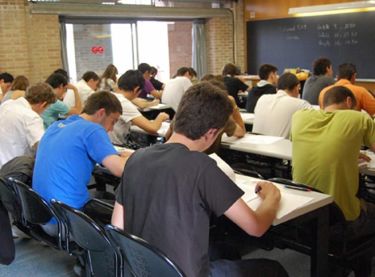 Estudiants fent la selectivitat