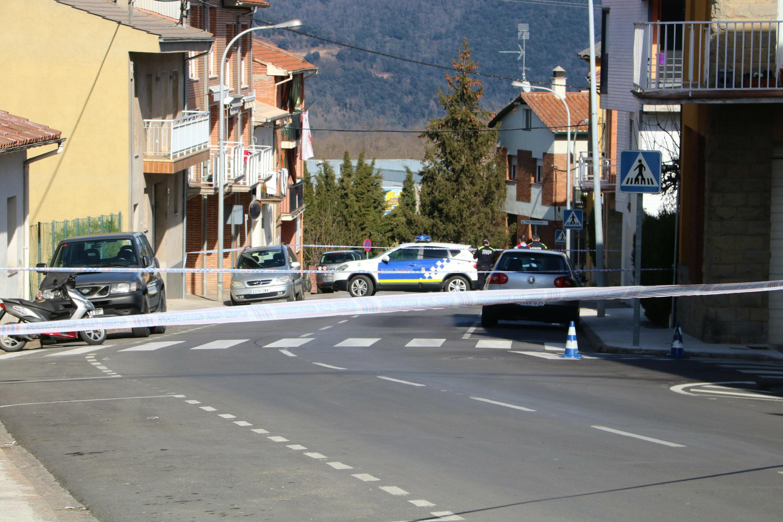 Pla general del carrer d'Olot on s'ha produït l'apunyalament acordonat, aquest 4 de febrer del 2021. (Horitzontal)