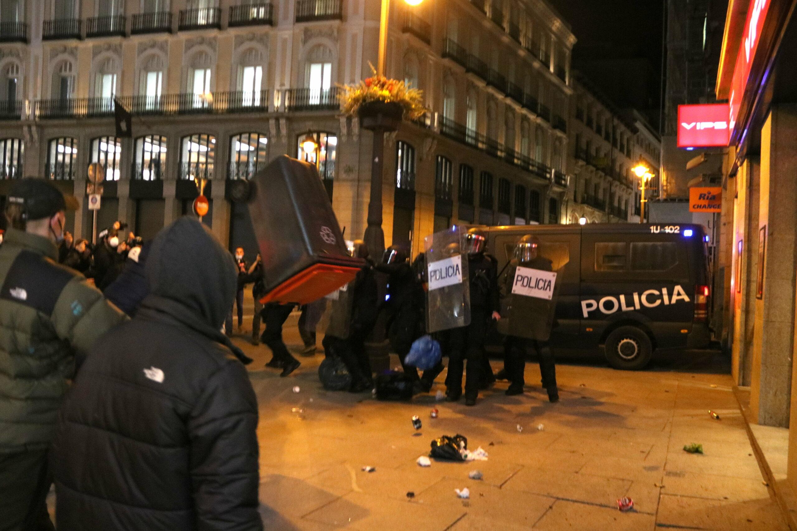 Un contenidor d'escombraries volant en els enfrontaments a la Puerta del Sol de Madrid en la protesta proHasel (ACN)