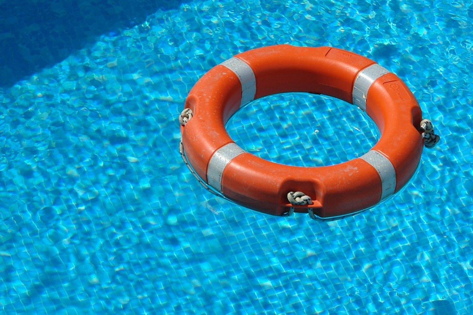 salvavides a la piscina