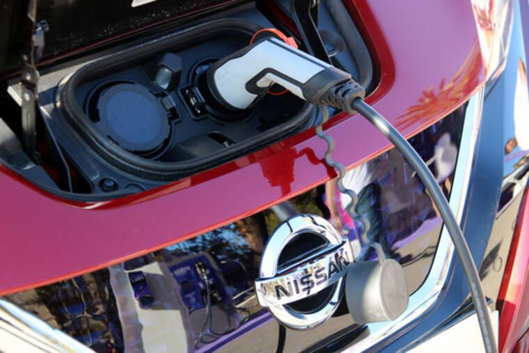Un cotxe elèctric endollat a un punt de recàrrega    ACN