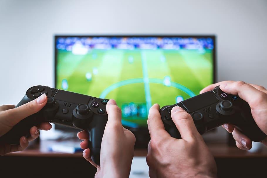 Dues persones jugant a un videojoc de futbol | Pxfuel